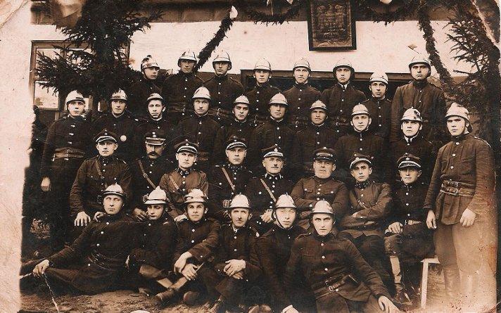Strażacy przed wyświęconą remizą